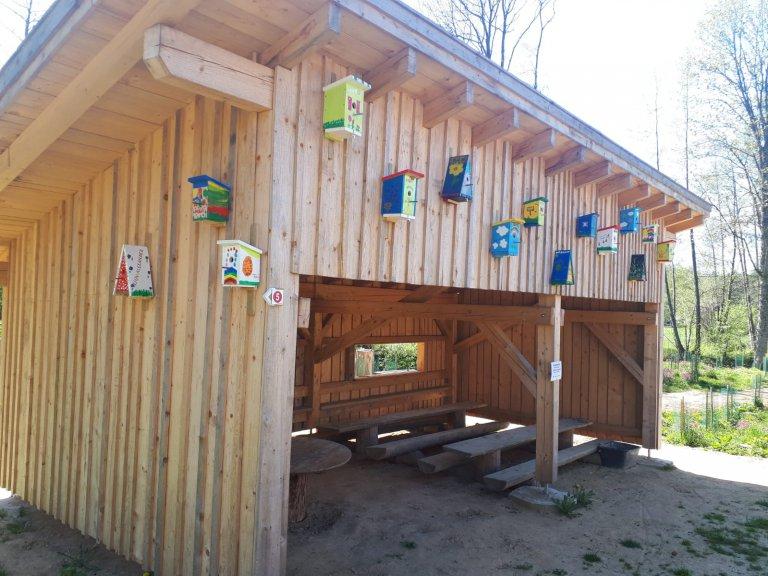 Waldspielplatz - Hütte mit Vogelhäuschen 2020